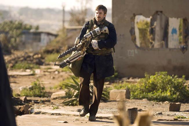 Tik žmogus su ateivio ranka gali naudotis jų ginklais.